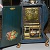 Schuler Auktionen AG - Neuenburger Pendule mit Sockel und integriertem Spielwerk