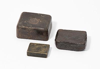 Schuler Auktionen AG - Lot: 3 kleine Blockgewichte