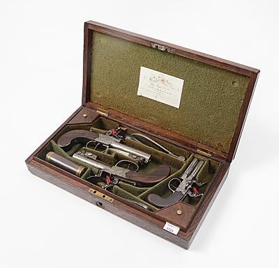 Schuler Auktionen AG - Kassette mit drei Steinschlosspistolen