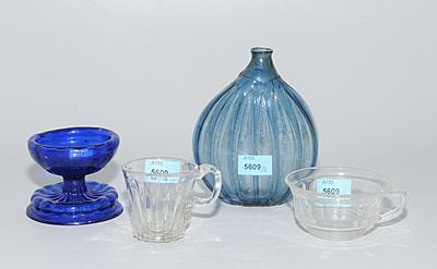 Schuler Auktionen AG - Lot: Flasche, Kerzenstock und 2 Tassen
