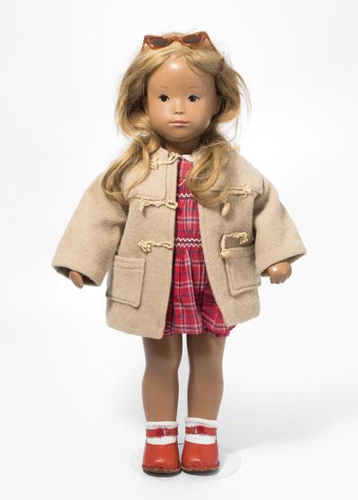 "Schuler Auktionen AG - Sasha Morgenthaler-Puppe ""Mädchen in Dufflecoat"""