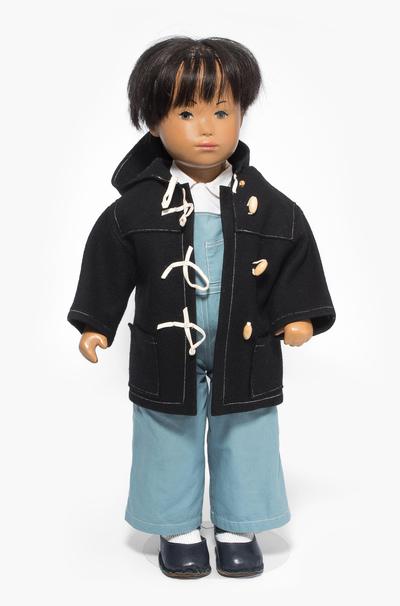 "Schuler Auktionen AG - Sasha Morgenthaler-Puppe ""Bub in Dufflecoat"""